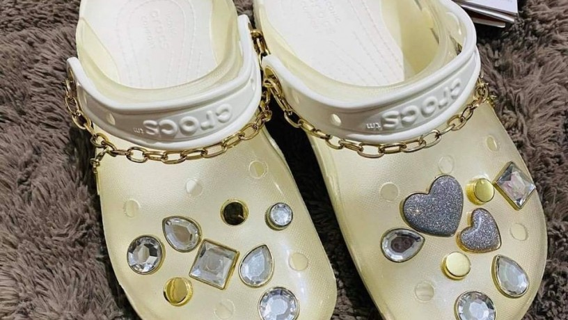 crocs-x-yang-mi-collaboration-transluscent-chains-made-in-copper-big-0