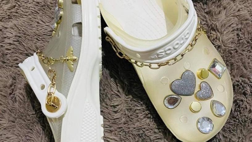 crocs-x-yang-mi-collaboration-transluscent-chains-made-in-copper-big-1